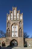 Il nuovo portone nel muro di cinta di Neubrandenburg nel precedente ea Fotografia Stock