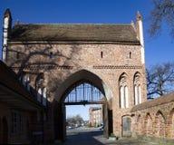Il nuovo portone nel muro di cinta di Neubrandenburg nel precedente ea Fotografie Stock Libere da Diritti