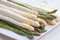 Il nuovo raccolto di asparago bianco e verde di verdure nella stagione primaverile, ha lavato l'asparago pronto da cucinare, menu immagine stock