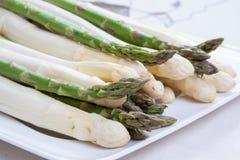 Il nuovo raccolto di asparago bianco e verde di verdure nella stagione primaverile, ha lavato l'asparago pronto da cucinare, menu fotografia stock