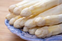 Il nuovo raccolto di asparago bianco di verdure nella stagione primaverile, ha lavato l'asparago bianco pronto da cucinare, menu  immagine stock libera da diritti