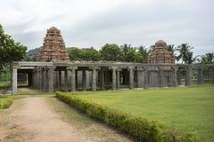 Il nuovo tempio si eleva dentro le vecchie rovine alla fortificazione di Gingee fotografia stock libera da diritti