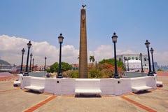 Il Obelisk ha superato il byrooster, simbolo del francese Fotografie Stock