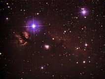 Il observig delle stelle del cielo notturno durante le ore della costellazione di Orione del telesocpe dirige e fiammeggia le neb fotografie stock