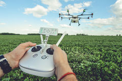 Il octocopter o il telecomando di controllo dell'uomo per il fuco nelle mani Fotografia Stock Libera da Diritti