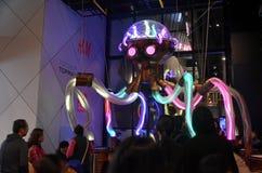 Il Octopoda invita il pubblico a trasformarsi in in parte del suo insieme della percussione di tentacolo in Chatswood fotografie stock