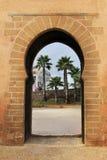 il olddoor nel Marocco Africa ancien e mura il blu marrone decorato Immagine Stock Libera da Diritti