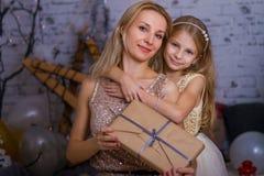 Il OM dà un regalo alla figlia vicino all'albero di Natale fotografia stock libera da diritti