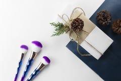 Il ombre della sirena compone la scatola di regalo e del set di pennelli sulla carta di blu navy fotografie stock libere da diritti