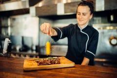 il ook del ½ del ¿ del ï spruzza la bistecca pronta fresca con condimento fotografie stock