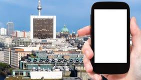 il ourist fotografa la vista della città di Berlino in autunno Immagine Stock Libera da Diritti