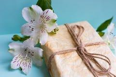 Il pacchetto avvolto con alstroemeria fiorisce sul fondo della menta Fotografia Stock Libera da Diritti