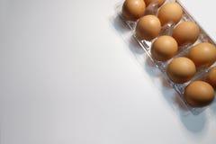 Il pacchetto completo eggs l'angolo su fondo bianco immagini stock