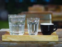 Il pacchetto del caffè espresso include il colpo, la soda e l'acqua del caffè espresso immagini stock