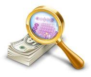 Il pacchetto del dollaro diventa euro, osserva tramite il magnifier. Fotografia Stock