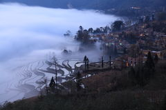 Il paddyfield del terrazzo di Hani ed il loro villaggio Fotografia Stock