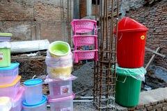 Il padellame colorato ha offerto per costruzione della parete Immagini Stock Libere da Diritti