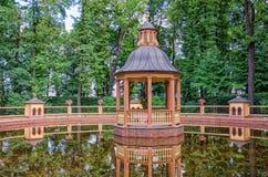 Il padiglione allo stagno direttivo al giardino di estate di Letniy Fotografia Stock