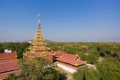 Il padiglione dorato nel palazzo di Mandalay costruito nel 1875 dal re Mindon come visto dal posto di guardia fotografia stock libera da diritti
