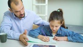 Il padre arrabbiato è infastidito con sua figlia che fa il compito stock footage