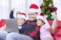 Il padre con i bambini osserva felice tempo di Natale immagine stock libera da diritti