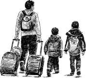Il padre con i suoi piccoli bambini va ad un viaggio Immagini Stock Libere da Diritti