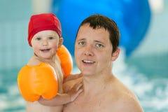 Il padre con il bambino nella piscina sta facendo il divertimento Fotografie Stock Libere da Diritti
