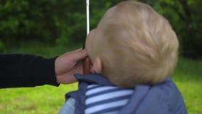 Il padre dà a suo figlio un ombrello archivi video