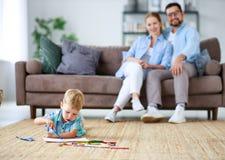 Il padre della madre della famiglia ed il figlio felici del bambino riuniscono a casa fotografia stock