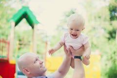 Il padre e la figlia adorabili si divertono insieme Fotografie Stock