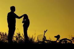 Il padre e la figlia che si divertono la guida bike al tramonto, sport attivo della famiglia, sport dei bambini dell'attivo, bamb Immagine Stock Libera da Diritti