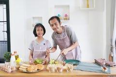 Il padre e la figlia cucina nella cucina a casa Fotografia Stock Libera da Diritti