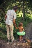Il padre e la figlia della famiglia all'aperto Fotografia Stock