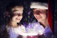 Il padre e la figlia hanno aperto una scatola con un regalo Fotografia Stock