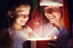 Il padre e la figlia hanno aperto una scatola con un regalo Fotografia Stock Libera da Diritti