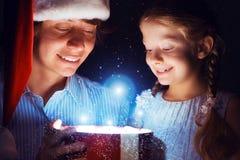 Il padre e la figlia hanno aperto una scatola con un regalo Immagine Stock Libera da Diritti