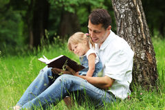 Il padre e la figlia legge Immagini Stock