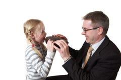 Il padre e la figlia mangiano il grafico a torta del cioccolato fotografie stock libere da diritti