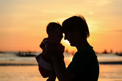Il padre e le piccole siluette della figlia sul tramonto tirano fotografie stock libere da diritti