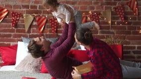 Il padre e madre allegramente gioca con la piccola figlia archivi video