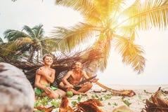 Il padre ed il figlio si siedono in capanna selfmade dei rami e nel gioco in Robin Fotografia Stock