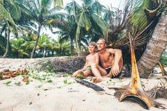 Il padre ed il figlio si siedono insieme sulla capanna e sul gioco selfmade come Robinzon Fotografia Stock Libera da Diritti