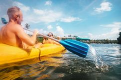 Il padre ed il figlio stanno navigando nella canoa Fotografie Stock Libere da Diritti
