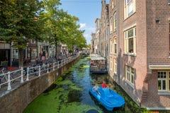 Il padre ed il figlio su un'acqua blu bike la navigazione in un canale in pieno della d fotografie stock