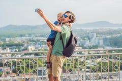 Il padre ed il figlio sull'alta vista dal punto di vista di Phuket hanno suonato la collina dentro Immagini Stock