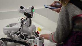 Il padre ed i bambini controlla il robot con la compressa stock footage