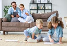 Il padre ed i bambini felici della madre della famiglia riuniscono a casa fotografia stock