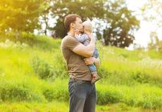 Il padre ed il bambino sensuali si rilassano Fotografie Stock Libere da Diritti