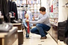 Il padre ed il figlio fanno l'acquisto Fotografie Stock Libere da Diritti