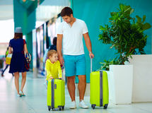 Il padre ed il figlio felici sono pronti per l'imbarco nell'aeroporto internazionale Immagine Stock